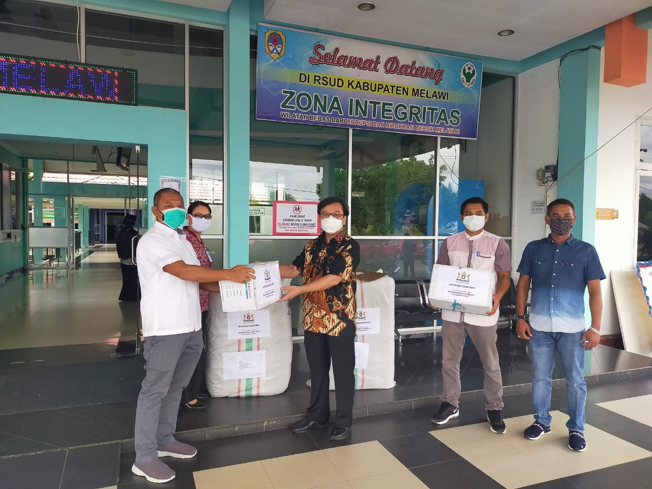 Kadin Melawi menyalurkan bantuan APD dari Pengusaha Kalbar ke RSUD Melawi