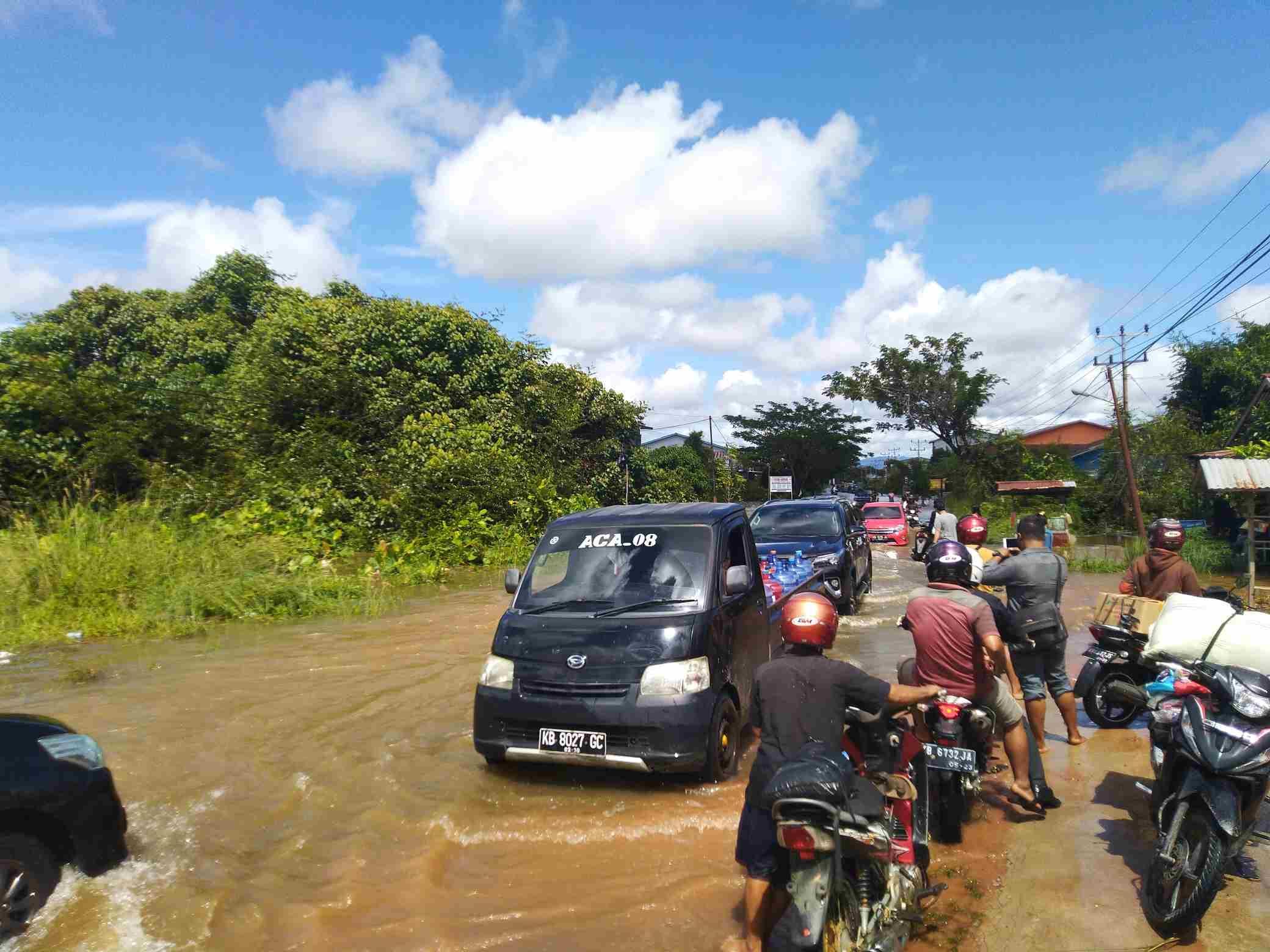 Padatnya kendaraan yang melintas di ruas jalan Sintang Pinoh yang terendam banjir
